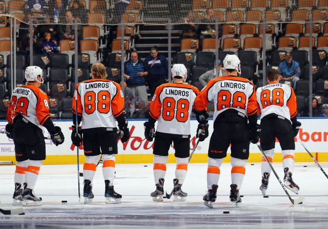 TORONTO, ON - NOVEMBER 11: The Philadelphia Flyers skate in warmup wearing '88' jerseys to commemorate the induction of Eric Lindros into the Hockey Hall of Fame at the Air Canada Centre on November 11, 2016 in Toronto, Canada. Lindros will be inducted on November 14. (Photo by Bruce Bennett/Getty Images)