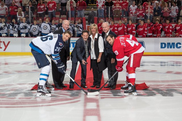 DETROIT, MI - NOVEMBER 04: All four of former Detroit Red Wing Gordie Howe's children (from L to R) Marty, Murray, Cathy and Mark Howe participate in a ceremonial puck drop in honor of their late father between captains Blake Wheeler #26 of the Winnipeg Jets and Henrik Zetterberg #40 of the Detroit Red Wings prior to an NHL game at Joe Louis Arena on November 4, 2016 in Detroit, Michigan. (Photo by Dave Reginek/NHLI via Getty Images)